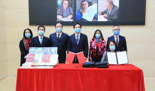 """中国出版的""""战""""疫图书受到世界多国读者欢迎"""